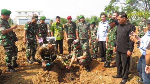 Bupati Wonogiri Joko Sutopo dan Danrem Warastratama Kol. Inf. Marruli Simanjutak Msc menanam bibit pohon di kawasan Plasa WGM Wonogiri, Rabu (27/7)
