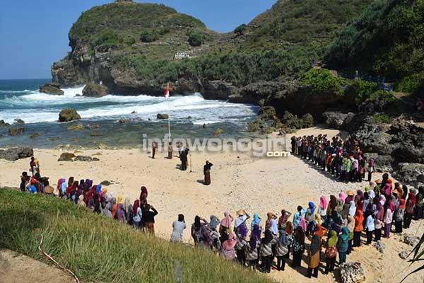 upacara pengibaran bendera HUT Kemerdekaan RI di Pantai Paranggupito | Foto Istimewa