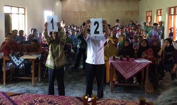 dua calon kades menunjukan nomor urutnya