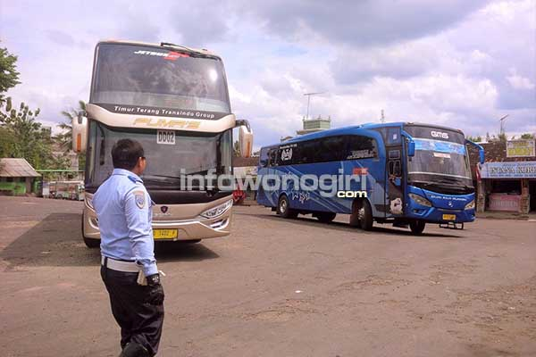 Bus Doble Dcker PO Putra Mulya saat di terminal Ngadirojo