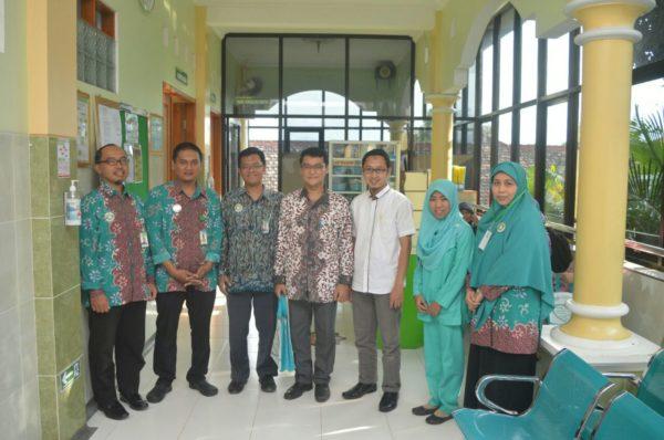 dr Rosyid Ridlo MMR dan dr Wahid Putranto Sp.PD.KGH (tengah) diapitImawan Haris Nursalim (paling kiri) dan jajaran RSAS Wonogiri (kanan)