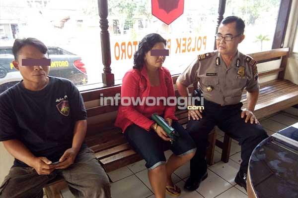 Kapolsek Purwantoro sedang memintai keterangan pasangan selingkuh