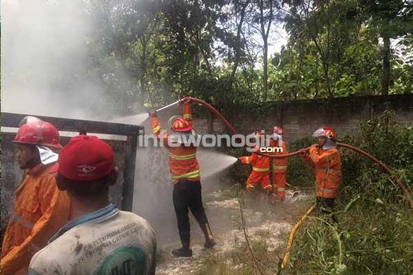"""Petugas Damkar memadamkan api di bengkel karoseri """"Wahyu"""""""