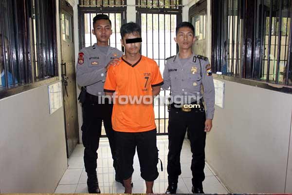 ersangka penculikan anak perempuan belum dewasa di depan ruang tahanan Polres Wonogiri bersama petugas jaga